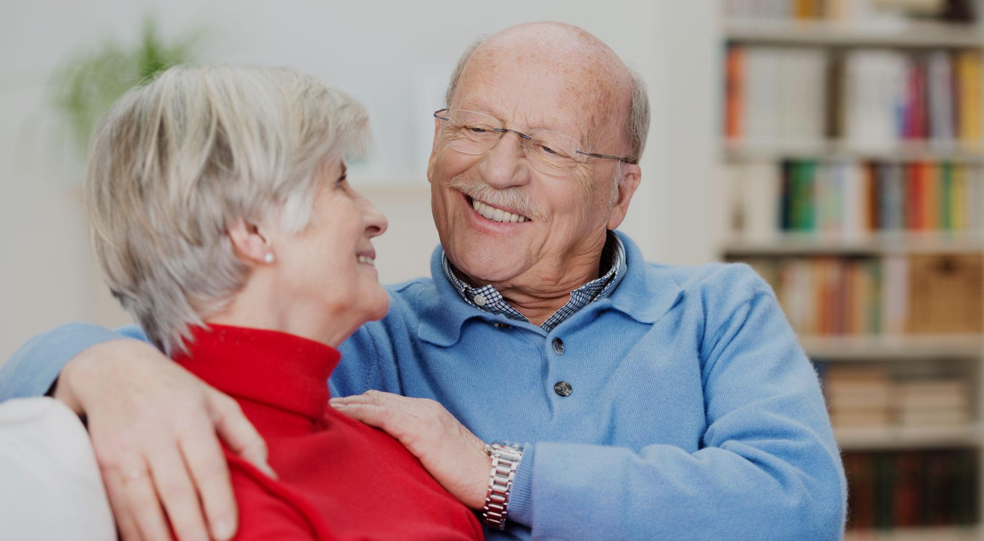 Casal de proprietários felizes por evitar alugar com fiador profissional